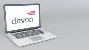 Ordenador portátil de apertura y de cierre con el logotipo de Devon Energy representación editorial 4K 3D Imagen de archivo