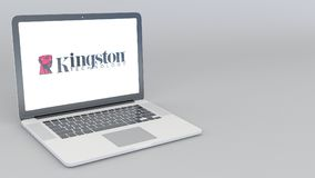 Ordenador portátil de apertura y de cierre con el logotipo de Kingston Technology representación editorial 4K 3D Imágenes de archivo libres de regalías
