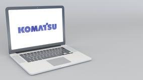 Ordenador portátil de apertura y de cierre con el logotipo de Komatsu Limited representación editorial 4K 3D Imagen de archivo libre de regalías