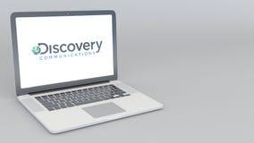 Ordenador portátil de apertura y de cierre con el logotipo de las comunicaciones del descubrimiento animación del editorial 4K stock de ilustración