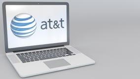 Ordenador portátil de apertura y de cierre con American Telephone y Telegraph Company EN el logotipo de T en la pantalla computad stock de ilustración