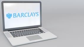 Ordenador portátil de apertura y de cierre con el logotipo de Barclays en la pantalla Clip conceptual del editorial 4K de la info libre illustration