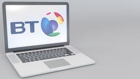 Ordenador portátil de apertura y de cierre con el logotipo de BT Group en la pantalla Clip conceptual del editorial 4K de la info ilustración del vector