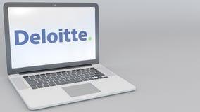 Ordenador portátil de apertura y de cierre con el logotipo de Deloitte en la pantalla Clip conceptual del editorial 4K de la info stock de ilustración