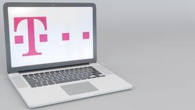 Ordenador portátil de apertura y de cierre con el logotipo de T-Mobile en la pantalla Clip conceptual del editorial 4K de la info stock de ilustración