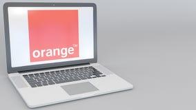 Ordenador portátil de apertura y de cierre con S anaranjado A logotipo en la pantalla Clip conceptual del editorial 4K de la info libre illustration
