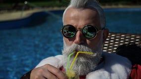 Ordenador portátil de charla de moda del uso de Papá Noel en las vacaciones de verano metrajes