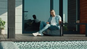 Ordenador portátil de cierre del hombre cansado en la terraza de lujo de la casa Freelancer hermoso que se relaja almacen de video