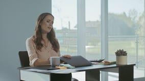 Ordenador portátil de cierre de la mujer de negocios Trabajo de acabado de la señora cansada en el lugar de trabajo almacen de metraje de vídeo