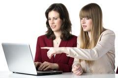 Ordenador portátil de dos mujeres Imagen de archivo libre de regalías