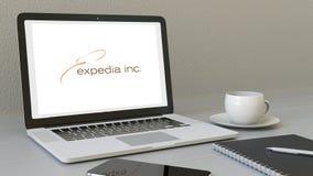 Ordenador portátil de la abertura con el logotipo de Expedia en la pantalla Clip conceptual del editorial 4K del lugar de trabajo libre illustration