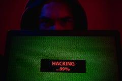 Ordenador portátil de la demostración del pirata informático con proceso del ataque fotos de archivo libres de regalías