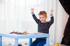 Ordenador portátil de la mirada del niño Imagen de archivo libre de regalías