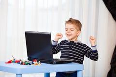 Ordenador portátil de la mirada del niño Imágenes de archivo libres de regalías