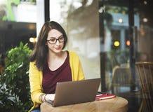 Ordenador portátil de la mujer que hojea buscando estafa social de la tecnología del establecimiento de una red Foto de archivo libre de regalías