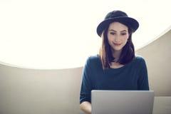 Ordenador portátil de la mujer que hojea buscando estafa social de la tecnología del establecimiento de una red Fotos de archivo libres de regalías
