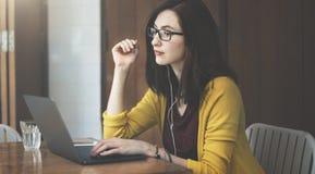 Ordenador portátil de la mujer que hojea buscando estafa social de la tecnología del establecimiento de una red Imagen de archivo libre de regalías