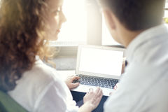 Ordenador portátil de la pantalla en blanco para el primer de la disposición, concepto del negocio, gente que se encuentra y que  Fotografía de archivo libre de regalías