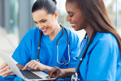 Ordenador portátil de los trabajadores de la atención sanitaria imagenes de archivo