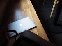 Ordenador portátil de Macbook, cumputer en el banco foto de archivo