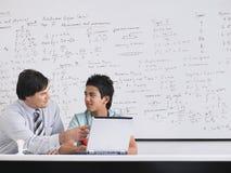 Ordenador portátil de And Student Using del profesor en clase Fotos de archivo