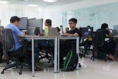 Ordenador portátil de trabajo de Sitting At Desk del hombre de negocios asiático fotografía de archivo libre de regalías