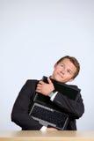 Ordenador portátil del abarcamiento del hombre de negocios, mirando para arriba Fotografía de archivo libre de regalías