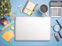 Ordenador portátil del cuaderno del ordenador en la mesa y los efectos de escritorio de la escuela Fotos de archivo libres de regalías