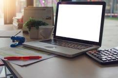 Ordenador portátil del ordenador en el escritorio fotos de archivo libres de regalías