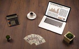 Ordenador portátil del negocio con informe del mercado de acción sobre el escritorio de madera Fotos de archivo libres de regalías