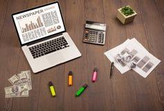 Ordenador portátil del negocio con informe del mercado de acción sobre el escritorio de madera Fotografía de archivo libre de regalías