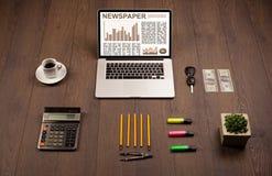Ordenador portátil del negocio con informe del mercado de acción sobre el escritorio de madera Foto de archivo