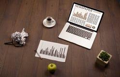 Ordenador portátil del negocio con informe del mercado de acción sobre el escritorio de madera Imagen de archivo libre de regalías
