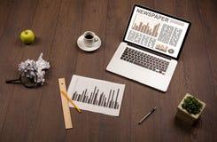 Ordenador portátil del negocio con informe del mercado de acción sobre el escritorio de madera Imagenes de archivo