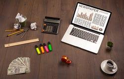 Ordenador portátil del negocio con informe del mercado de acción sobre el escritorio de madera Foto de archivo libre de regalías