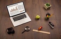 Ordenador portátil del negocio con informe del mercado de acción sobre el escritorio de madera Imágenes de archivo libres de regalías