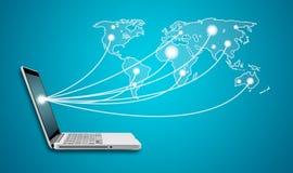 Ordenador portátil del ordenador con establecimiento de una red social del Social del mapa del mundo de la red Fotografía de archivo libre de regalías