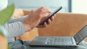 Ordenador portátil del teléfono de la seguridad de la autentificación del banco móvil almacen de video