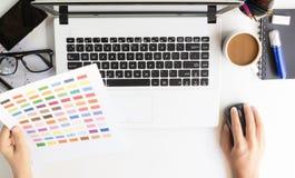 Ordenador portátil del uso del diseñador del primer en el escritorio imágenes de archivo libres de regalías