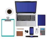 Ordenador portátil determinado de la oficina de negocios, smartphone, cuaderno, lápiz, pluma, Imagenes de archivo