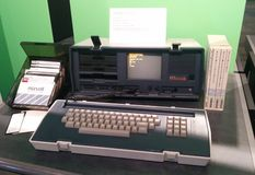 Ordenador portátil ejecutivo del vintage de Osborne en el museo vivo del ordenador fotos de archivo