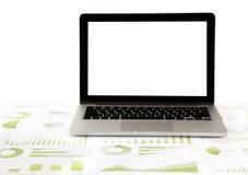 Ordenador portátil en blanco en gráficos y cartas foto de archivo libre de regalías