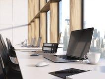 Ordenador portátil en blanco en la mesa stock de ilustración
