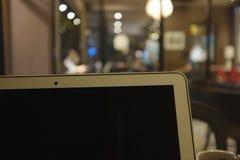 Ordenador portátil en cafetería Trabajo en el café foto de archivo