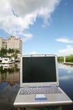 Ordenador portátil en el agua Foto de archivo libre de regalías