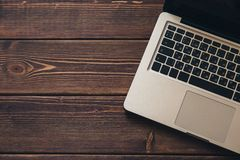 Ordenador portátil en el escritorio foto de archivo libre de regalías