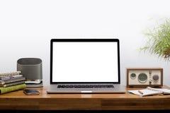 Ordenador portátil en el escritorio de madera Fotos de archivo libres de regalías