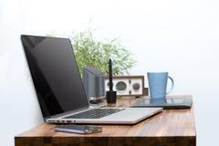 Ordenador portátil en el escritorio de madera Imágenes de archivo libres de regalías