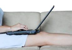 Ordenador portátil en el sofá imágenes de archivo libres de regalías