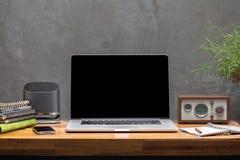 Ordenador portátil en la mesa de trabajo de madera Foto de archivo libre de regalías